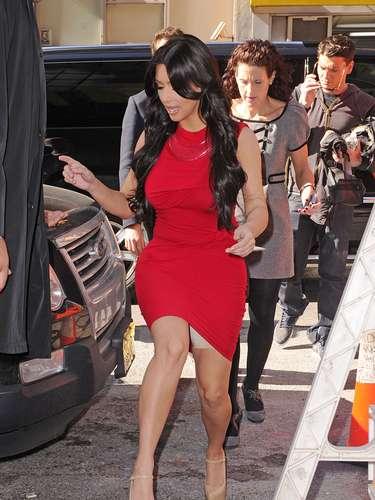 Siempre vemos impecable a Kim Kardashian pero la socialité debe de tener más cuidado de cómo camina.