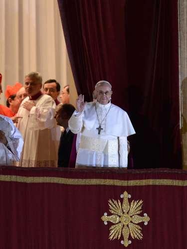El nuevo líder de la Iglesia Católica salió al balcón para saludar a todos los fieles reunidos en la plaza de San Pedro en el Vaticano.