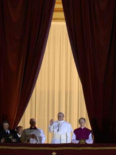 La agencia de noticias italiana ANSA dijo que el papa se eligió en la cuarta y última votación de hoy, la quinta contando la primera y única realizada ayer.