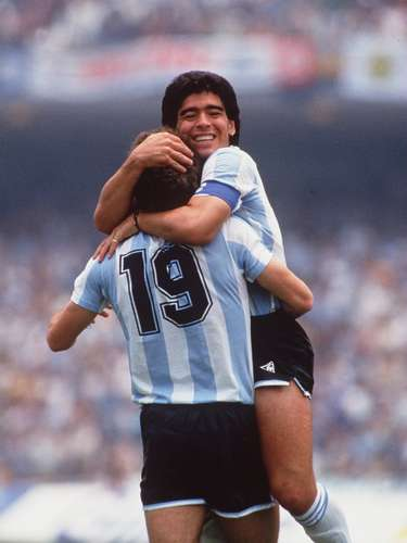 Maradona se abraza con Oscar Ruggeri luego de vencer a Alemania en la final del Mundial de México. Aquel fue el momento de la consagración de Diego como el mejor futbolista del mundo y uno de los mejores de todos los tiempos.