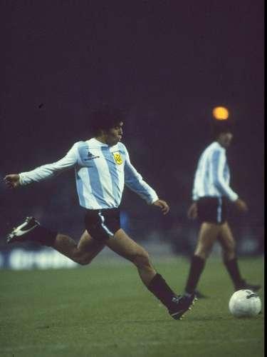Entre las innumerables cualidades del Maradona futbolista estaba su pegada. Tanto en la aelección Argentina como en Argentinos, Boca, Barcelona, Sevilla, Nápoles y hasta Newell´s se dio el gusto de convertir de tiro libre.