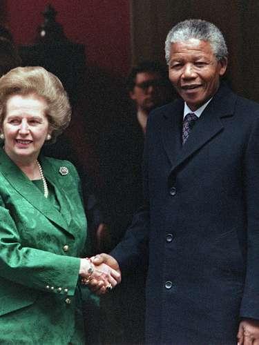 El líder sudafricano Nelson Mandela Saluda a Margaret Thatcher en las escalinatas del número 10 de Downing Street en 1990.