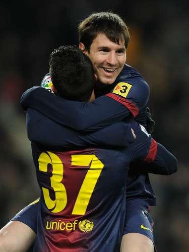 Messi se abrazacon Tello luego de eliminar este martesal Milan y acceder a cuartos de la Champions. Sus detractores sostienen que para superar a Maradona debe aún ganar un Mundial. Tal vez, Brasil 2014 sea el escenario de su consagración definitiva.