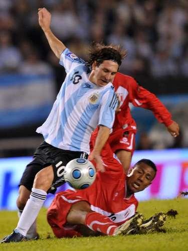 Aunque también suele sufrir la aspereza de los rivales, Messi sufrió pocas lesiones. La más grave, al igual que Maradona, fue una fractura, pero del quinto metatarsiano del pie izquierdo, que lo tuvo dos meses y medio de baja.