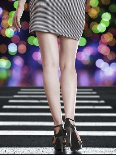 Caminar sensual también es un arma efectiva de calentar motores para el después. No se trata de fingir que pasas por una pasarela, pero tu confianza se demuestra también en tu forma de andar. No olvides que los tacones atraen las miradas y mejoran tu postura y tu ego ¡Atrévete a acaparar las miradas!