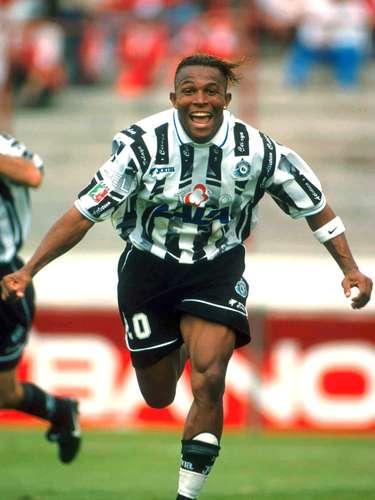 Carlos Pavón llegó en 1998 al Celaya y en cuatro torneos, el hondureño hizo 35 goles, cifra que le vale ser el goleador histórico de esta institución.