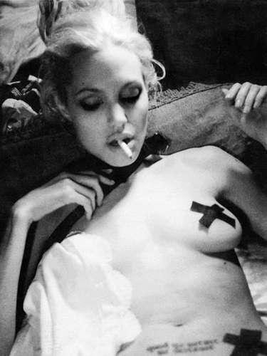 Angelina Jolie: fotos de un video sexual de la actriz salieron a la luz a pesar de los esfuerzos por frenar el escándalo. Las imágenes habrían sido difundidas por una examiga de Jolie. Se dice que en el video, del que fueron tomadas las imágenes, la actriz está sosteniendo relaciones sexuales con cuatro hombres, en un lugar lleno de drogas.