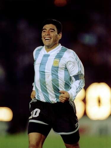 Diego Maradona (Mediocampista-Argentina): Puede que sea uno de los mejores jugadores que ha visto el mundo, pero sus problemas con la droga no sólo lo llevaron a ser suspendido por diversas federaciones futbolísticas, sino que afectó seriamente su salud y hasta lo llevó a tener problemas judiciales, pues fue arrestado en abril de 1991 por posesión de cocaína. Pero sus problemas judiciales no paran ahí, pues ha tenido varios litigios de paternidad, y en 1999, fue condenado a dos años de prisión en suspenso por agredir a varios fotógrafos con un rifle de aire comprimido en 1994.