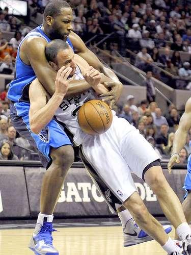 Mavericks vs. Spurs:Manu Ginobili recibe la falta deElton Brand.