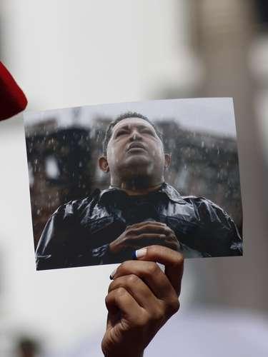 El 5 de marzo en horas de la tarde, Maduro salió en televisión para dar un mensaje al país: el presidente había muerto. El pueblo chavista se movilizó a las puertas del Hospital Militar de Caracas tras el anuncio del deceso y ahí lloró.