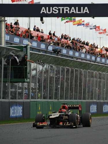 Kimi Raikkonen se enfila para recibir la bandera a cuadros, la primera de la naciente temporada de Fórmula 1 en 2013.
