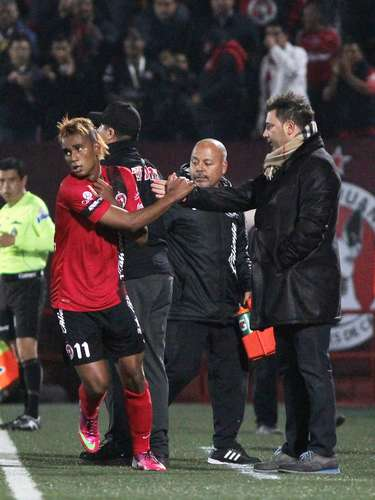 El 'Neymarecuatoriano' celebró su gol con Antonio Mohamed.