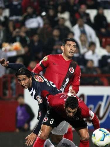 Aldo de Nigris sufrió ante la marca de Tahuilán y Gandolfi, en lo que fue un duelo atractivo y bien jugado en el estadio Caliente que terminó igualado 2-2.