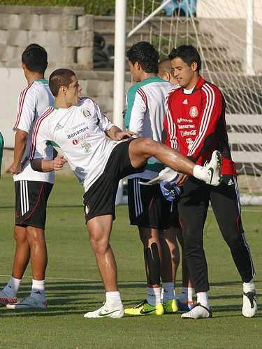 También hay tiempo para distraerse entre Javier Hernández y Alfredo Talavera.