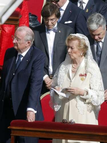 La Reina Paola de los belga, como soberana católica, ha vestido de blanco, un privilegio del que solo han podido hacer uso la propia Paola así como las princesasCharlene de Mónaco, María de Liechtensteiny la Gran Duquesa de Luxemburgo.