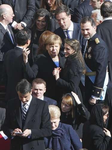 Doña Letizia saludó cordialmente a la canciller alemana, Angela Merkel.