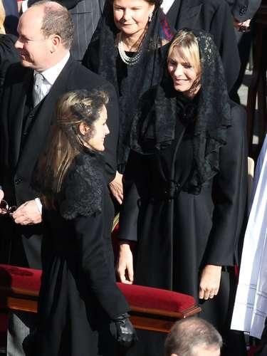 Doña Letizia saluda a Charlene de Mónacoal finalizar la misa inaugural del papado de Francisco I.