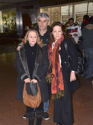 Las hermanas Maite e Isabel Lascuráin, integrantes del grupo Pandora, asisten al velorio del hermano de la cantante Yuri a la cual acompañaron y expresaron su cariño