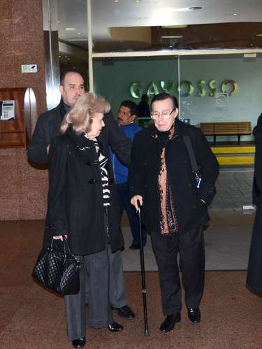 Roberto y Mitzuko asisten al velorio del hermano de la cantante Yuri, Carlos Valenzuela, quien fue atropellado la noche del viernes en la capital mexicana