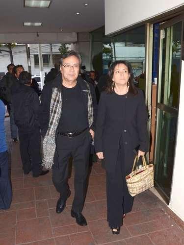 El cantante Yoshio y su esposa asisten al velorio del hermano de la cantante Yuri