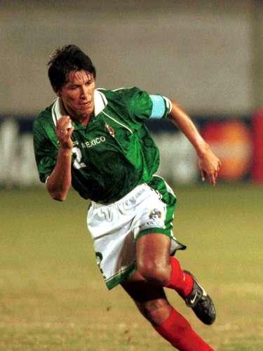 Claudio Suárez volvió a ser uno de los puntales de la escuadra mexicana al jugar como líbero y alejar los intentos de arribos catrachos.