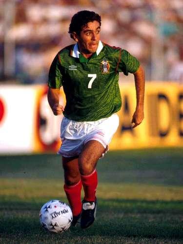 David Patiño era el hombre que transformaba los balones que le llegabande Ambriz, García Aspe y Miguel España para poner trazos largos, desequilibrar y poner la cuota de talento en tres cuartos de cancha.
