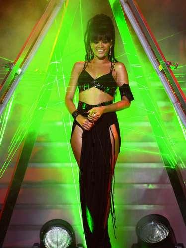 Se acerca el verano y todas queremos tener unas curvas para parar el tráfico, como las que luce Rihanna, la cantante de Barbados que no solo es una diva en el escenario, sino toda una celebridad por su estilo y sus formas perfectamente esculpidas.
