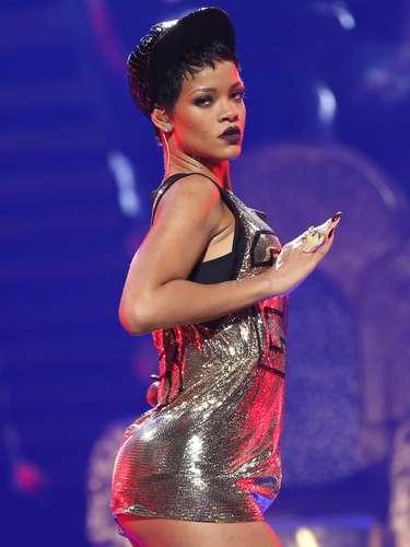 Y es que no solo el cuerpo de Rihanna llama la atención por su fantástico 'derrière', sino por su conjunto, compuesto por unos brazos bien tonificados, el diafragma tenso, además de piernas largas y bien contorneadas, donde enfatiza su trabajo de Fitness.