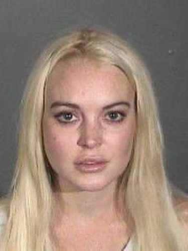 19 de Octubre del 2011 - Un año, casi un año de que Lindsay no se metía en problemas pero volvió a recaer. La actriz fue arrestada por violar su libertad condicional por los delitos de robo, drogas, choques y pleitos. Lilo fueliberada tras pagar una fianza de cien mil dólares.