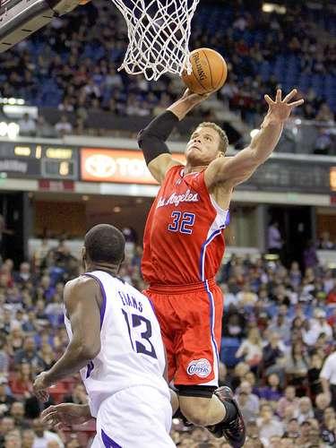Clippers vs. Kings:Blake Griffin clava el balón ante la marca deTyreke Evans.
