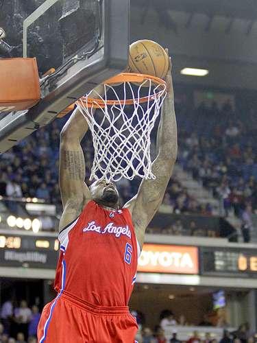Clippers vs. Kings:DeAndre Jordan clava el balón ante la marca deIsaiah Thomas.