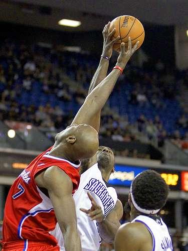 Clippers vs. Kings:Lamar Odom batalla por la posesión del balón conPatrick Patterson yJohn Salmons.
