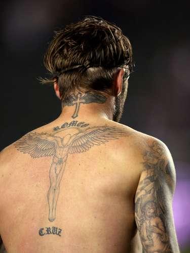 El inglés David Beckham tiene un ángel en la espalda rodeado por los nombres de sus hijos Romeo y Cruz.