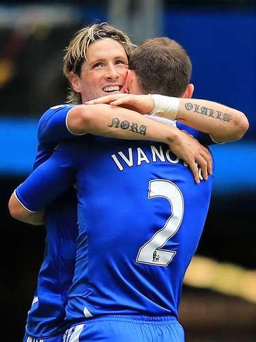 En los antebrazos del delantero español Fernando Torres se pueden leer su nombre y el de su mujer.