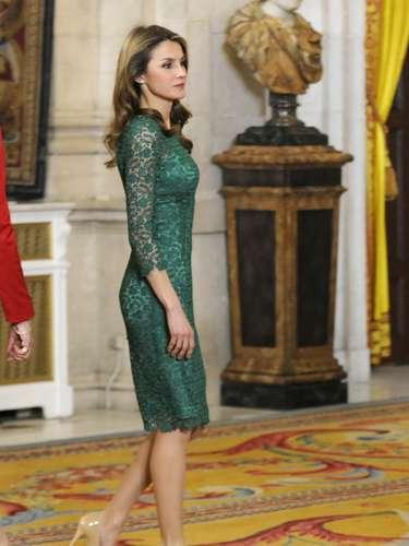 La princesa, que fue criticada por lucir el largo de la falda por encima de la rodilla en Roma esta semana, eligió este vestido de Varela para la cena ofrecida en el Palacio Real.