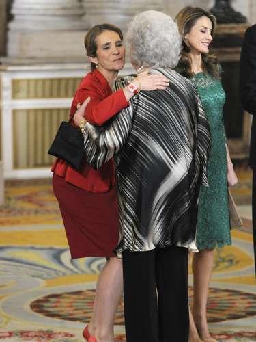 Doña Cristina, saludando muy cariñosamente a la infanta Pilar, miembro del COE.