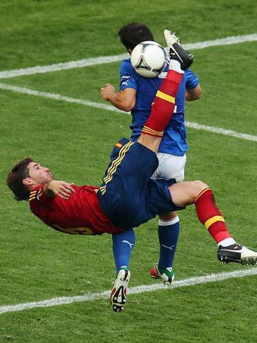 El andaluz intenta hacer una chilena ante Italia en la pasada Eurocopa