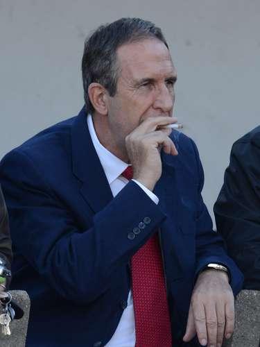 La actitud antideportiva de la jornada. El técnico de la selección paraguaya, Gerardo Pelusso, fumando en pleno banco. ¿Qué estaría pensando el estratega para contaminar la cancha con el humo de cigarrillo?