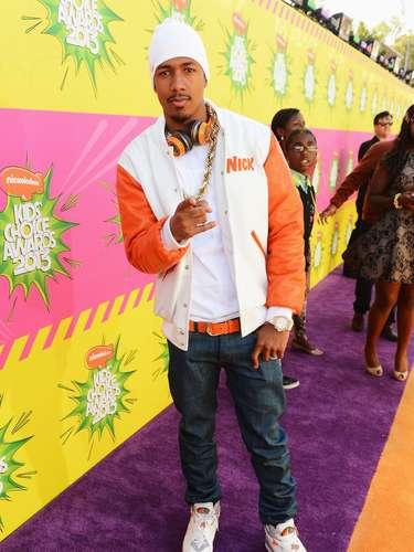 Original, colorida y muy al estilo Rap, fue el toque determinante en el ingreso de la estrella de televisión Nick Cannon a esta alfombra de premios.