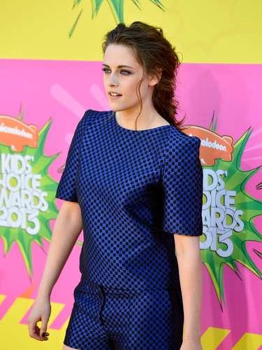 Este look brillante de ajedréz no dejó pasar desapercibida a Kristen Stewart, con su estilo juvenil sobre la alfombra de premios, que la hizo lucir ¡Espléndida!