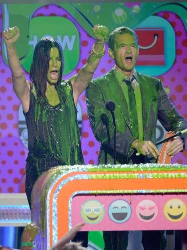 Sandra Bullock yNeil Patrick Harris disfrutaron el baño de slime, es por eso que todo mundo los quiere, son celebridades que dejan el glamour de lado para divertirse