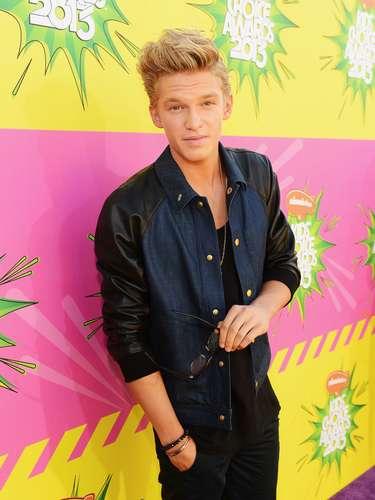 Mejor Vestido. Cody Simpson fue uno de los mejor vestidos de la noche, en un atuendo que lo hizo lucir muy sexy. Un estilo juvenil que combina el cuero y el jean en una sola prenda, complementado con una camiseta de cuello redondo y pantalones en el mismo color.