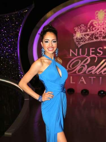 Con un elegante traje azul marino, Lilia Fifield se lució durante la primera gala haciendo parte de las competidoras de Osmel.