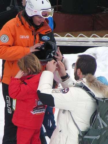 El matrimonio dejón con sus monitores a los niños, que ya están aprendiendo a esquiar.