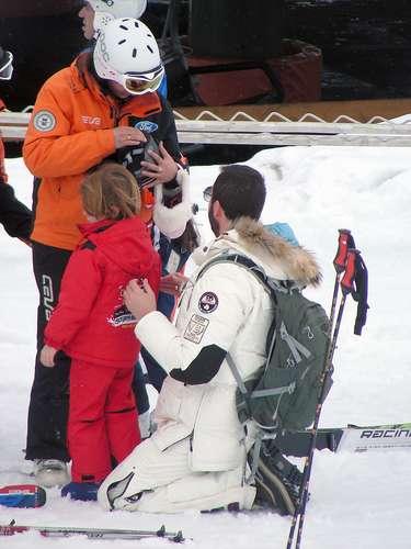 Borja ayudó a su hijo Sacha a colocarse el equipo antes de tomar sus clases de esquí.