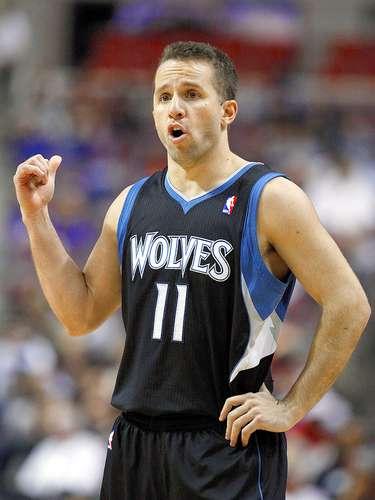 Timberwolves vs. Pistons:JoséBarea da instrucciones a sus compañeros.