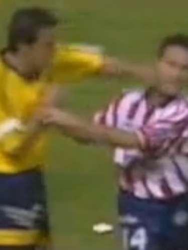 En la jornada 8 del verano 99, Chivas venció 1-0 a América en el Estadio Azteca con anotación de Héctor del Ángel. Al final del cotejo, Felipe de Jesús Robles se acercó a despedirse de Cuauhtémoc Blanco, quien lo recibió con un puñetazo en el rostro, el contención le contestó con una patada y se armó de nuevo una bronca que le costó al 'Temo' tres juegos de suspensión.
