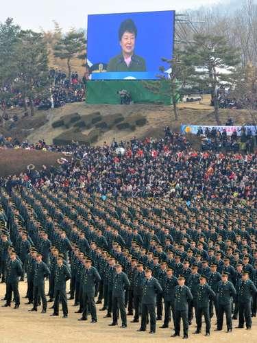 Park Geun-hye, primera mujer en alcanzar la presidencia de Corea del Sur, advirtióque responderá con dureza a hipotéticos ataques del Norte, aunque a su vez mantiene la postura de mejorar las relaciones con el país vecino e incluso prestarle ayuda humanitaria.