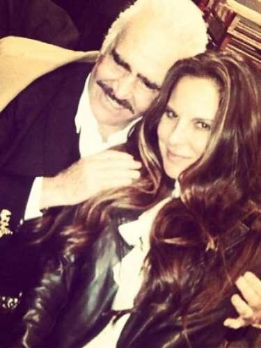 Kate del Castillo aprovechó el paso de la gira de despedida de Vicente Fernández por Los Ángeles, para pasar momentos agradables con la estrella y hasta aprovechó para posar bien acaramelada con él. \