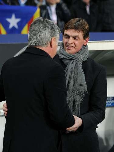 Además, antes del inicio del partido, se saludó con su homólogo del PSG, el italiano Carlo Ancelotti.